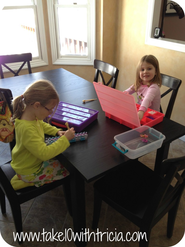 Girls-doing-rainbow-loom