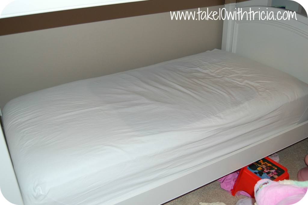 How-to-change-bunk-bed-sheets-4