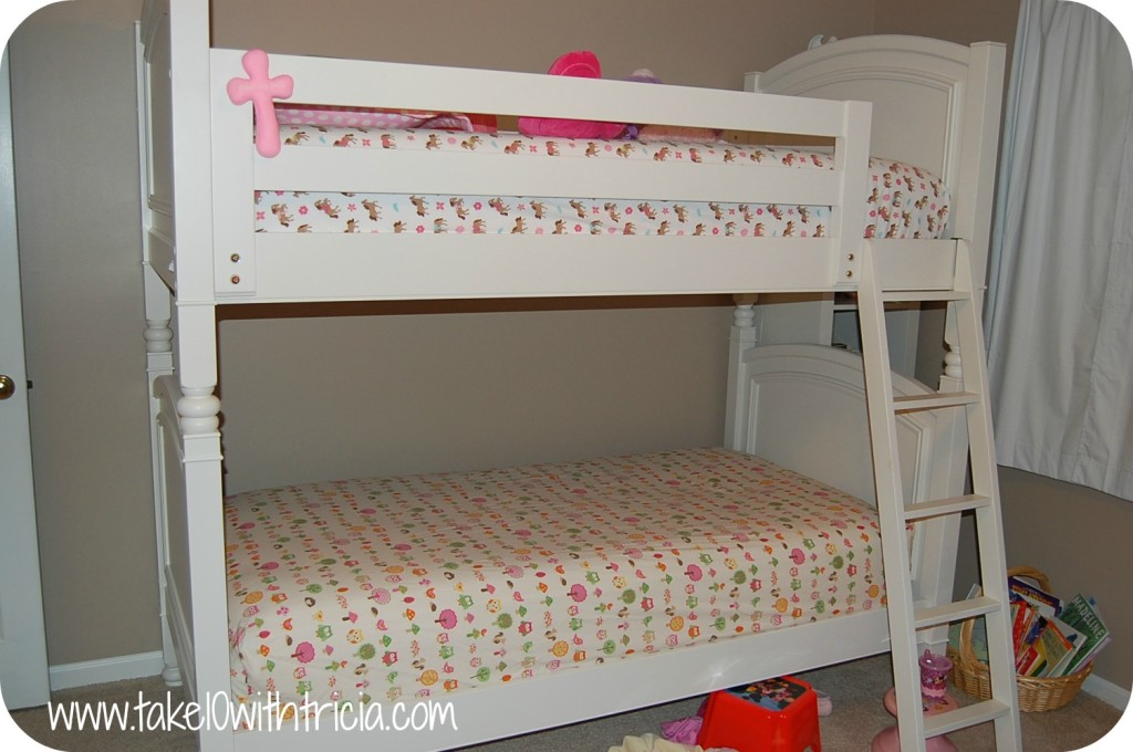 How-to-change-bunk-bed-sheets-5